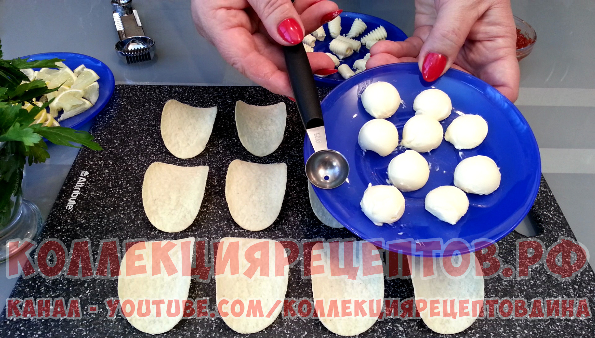 Для приготовления масляных шариков воспользуйтесь специальной ложкой