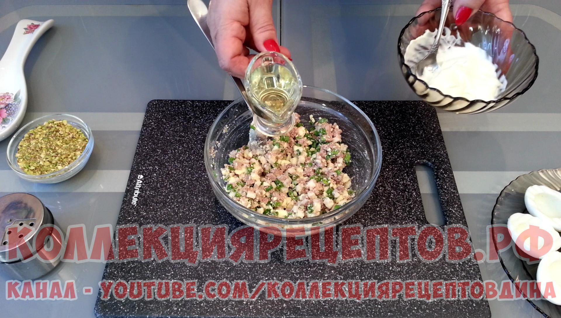 Заправить этот салат можно майонезом или маслом, слитым с печени трески
