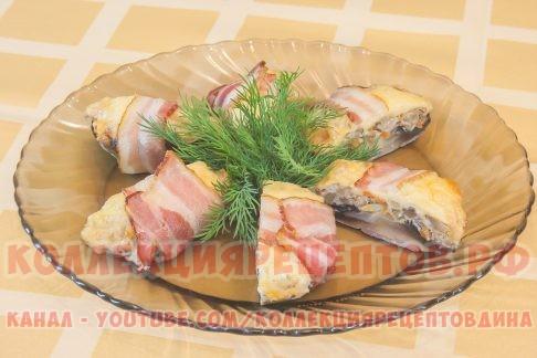 Фаршированные шампиньоны с беконом подавать их можно как в виде горячей закуски, так и в качестве основного блюда